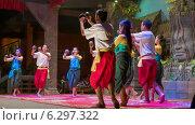 Купить «Молодые люди танцуют на сцене, Камбоджа», видеоролик № 6297322, снято 26 февраля 2014 г. (c) pzAxe / Фотобанк Лори