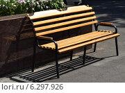 Купить «Деревянная скамейка на городской улице», фото № 6297926, снято 12 августа 2014 г. (c) Рамиль Усманов / Фотобанк Лори