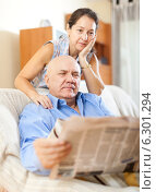senior guy with newspaper and mature wife. Стоковое фото, фотограф Яков Филимонов / Фотобанк Лори
