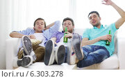 Купить «Male friends with beer watching tv at home», видеоролик № 6303278, снято 8 апреля 2014 г. (c) Syda Productions / Фотобанк Лори