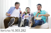 Купить «Male friends with beer watching tv at home», видеоролик № 6303282, снято 8 апреля 2014 г. (c) Syda Productions / Фотобанк Лори