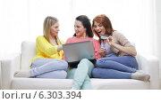 Купить «Smiling teenage girls with laptop and credit card», видеоролик № 6303394, снято 8 мая 2014 г. (c) Syda Productions / Фотобанк Лори