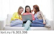 Купить «Three smiling teenage girls with laptop at home», видеоролик № 6303398, снято 8 мая 2014 г. (c) Syda Productions / Фотобанк Лори