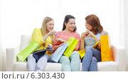 Купить «Smiling teenage girls with many shopping bags», видеоролик № 6303430, снято 8 мая 2014 г. (c) Syda Productions / Фотобанк Лори