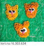 """Купить «Детская аппликация из пластилина на картоне """"Три кошки""""», фото № 6303634, снято 20 августа 2014 г. (c) V.Ivantsov / Фотобанк Лори"""