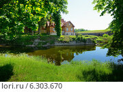 Сааремаа: дом возле замка (2013 год). Стоковое фото, фотограф Евгений Малахов / Фотобанк Лори
