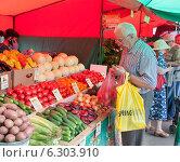 Купить «Пожилой мужчина покупает овощи на рынке», фото № 6303910, снято 8 августа 2014 г. (c) Михаил Грушин / Фотобанк Лори