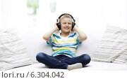 Купить «Smiling little boy in headphones at home», видеоролик № 6304042, снято 12 июня 2014 г. (c) Syda Productions / Фотобанк Лори