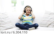 Купить «Smiling little boy in headphones at home», видеоролик № 6304110, снято 12 июня 2014 г. (c) Syda Productions / Фотобанк Лори