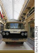 Микроавтобус «Старт» образца 1966 года на выставке Собрания классических автомобилей Gorkyclassic в ГУМе, Москва (2014 год). Редакционное фото, фотограф Алексей Гусев / Фотобанк Лори
