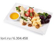 Купить «Сырная тарелка, сырное ассорти изолировано на белом фоне», фото № 6304458, снято 22 июля 2014 г. (c) Владимир Григорьев / Фотобанк Лори