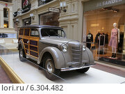 Купить «Автомобиль «Москвич-401» 1951 года выпуска на выставке Собрания классических автомобилей Gorkyclassic в ГУМе, Москва», эксклюзивное фото № 6304482, снято 20 августа 2014 г. (c) Алексей Гусев / Фотобанк Лори