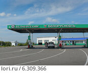 Купить «Бензозаправка в окрестностях Минска», фото № 6309366, снято 3 июля 2014 г. (c) Шевцова Анна / Фотобанк Лори