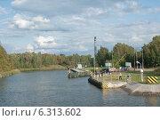 Купить «Причал для паромов в судоходном канале», эксклюзивное фото № 6313602, снято 23 августа 2014 г. (c) Svet / Фотобанк Лори