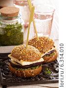Купить «Вегетарианский бургер с сыром, баклажанами и соусом песто», фото № 6314010, снято 14 июля 2014 г. (c) Елена Веселова / Фотобанк Лори