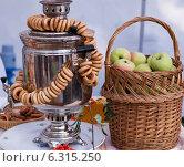 Самовар с сушками и корзиной яблок. Стоковое фото, фотограф Степанова М Е / Фотобанк Лори