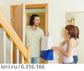salesman offering great products for women at home. Стоковое фото, фотограф Яков Филимонов / Фотобанк Лори