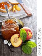 Купить «Варенье из персиков в стеклянной банке и свежие персики на деревянном столе», фото № 6317326, снято 30 июля 2014 г. (c) Елена Веселова / Фотобанк Лори