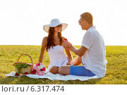 Купить «smiling couple with small red gift box on picnic», фото № 6317474, снято 23 июля 2014 г. (c) Syda Productions / Фотобанк Лори