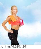 Купить «smiling sporty woman with water bottle and towel», фото № 6320426, снято 8 мая 2014 г. (c) Syda Productions / Фотобанк Лори