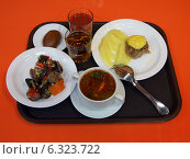 Купить «Поднос с обедом в столовой», эксклюзивное фото № 6323722, снято 15 февраля 2014 г. (c) Вячеслав Палес / Фотобанк Лори