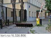 Купить «Шлагбаум и заграждение на дороге около дома 9/1 строение 1 в Большом Спасоглинищевском переулке в Москве», эксклюзивное фото № 6326806, снято 24 августа 2014 г. (c) lana1501 / Фотобанк Лори