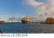 Морской круизный лайнер Queen Mary 2 прибывает в порт г. Ставангер, Норвегия (2014 год). Редакционное фото, фотограф Иван Марчук / Фотобанк Лори