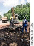 Купить «Экскаватор разрабатывает котлован на проезжей части дороги для проведения аварийно-восстановительных работ», фото № 6331902, снято 3 июля 2014 г. (c) Andrey Michurin / Фотобанк Лори