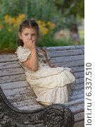 Купить «Красивая девочка сидит на скамейке в парке», фото № 6337510, снято 18 июля 2014 г. (c) Алексей Назаров / Фотобанк Лори