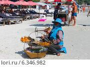 Торговцы на пляже Таиланда (2014 год). Редакционное фото, фотограф Павлова Дарья / Фотобанк Лори