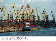 Cargo ship Katharina Siemer in the coal harbour, Kaliningrad, Russia (2005 год). Редакционное фото, агентство Caro Photoagency / Фотобанк Лори