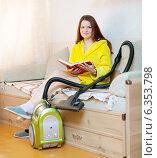 Купить «tired woman reposes from household chores», фото № 6353798, снято 13 сентября 2012 г. (c) Яков Филимонов / Фотобанк Лори