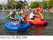 Купить «Отдыхающие в городском парке», эксклюзивное фото № 6356334, снято 23 августа 2014 г. (c) Владимир Мельников / Фотобанк Лори