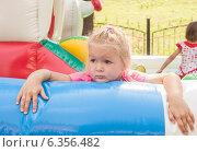 Купить «Девочка, уставшая играть ждет родителей», фото № 6356482, снято 4 августа 2013 г. (c) Елена Вяселева / Фотобанк Лори