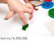 Купить «Ребенок рисует пальчиковыми красками в альбоме», фото № 6356506, снято 23 марта 2012 г. (c) Елена Вяселева / Фотобанк Лори