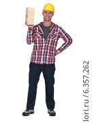 Купить «Mason holding bricks», фото № 6357262, снято 9 июня 2011 г. (c) Phovoir Images / Фотобанк Лори