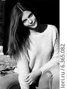 Черно-белый портрет длинноволосой улыбающейся девушки. Стоковое фото, фотограф Инна Яровская / Фотобанк Лори