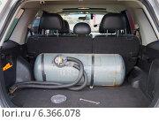 Замена мультиклапана на газовом баллоне в багажнике автомобиля (2014 год). Редакционное фото, фотограф Виктор Карасев / Фотобанк Лори