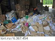 Купить «Ручная сортировка макулатуры на мусоросортировочном заводе, Беларусь», фото № 6367454, снято 11 июня 2013 г. (c) Татьяна Грин / Фотобанк Лори