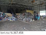 Купить «На мусоросортировочном заводе, Барановичи, Беларусь», фото № 6367458, снято 11 июня 2013 г. (c) Татьяна Грин / Фотобанк Лори