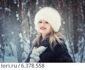 Девушка в шубке и меховой шапке в зимнем лесу. Стоковое фото, фотограф Насыров Руслан / Фотобанк Лори