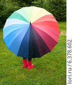 Купить «Ребенок с разноцветным зонтом стоит под дождем», фото № 6378602, снято 10 августа 2014 г. (c) Дмитрий Наумов / Фотобанк Лори