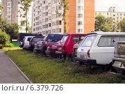 Купить «Стройный ряд автомобилей на стоянке», фото № 6379726, снято 8 июля 2011 г. (c) Шумилов Владимир / Фотобанк Лори