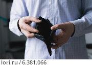 Купить «Man holding an empty wallet», фото № 6381066, снято 21 ноября 2013 г. (c) Ingram Publishing / Фотобанк Лори