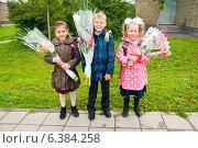 Купить «Дети с букетами», эксклюзивное фото № 6384258, снято 1 сентября 2014 г. (c) Куликова Вероника / Фотобанк Лори