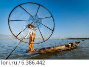 Бирмский рыбак в лодке на озере Инле, Мьянма. Стоковое фото, фотограф Дмитрий Рухленко / Фотобанк Лори