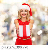 Купить «smiling woman in santa helper hat with gift box», фото № 6390770, снято 27 сентября 2013 г. (c) Syda Productions / Фотобанк Лори