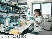Купить «Молодая исследовательница в лаборатории», фото № 6392806, снято 8 июня 2012 г. (c) Аnna Ivanova / Фотобанк Лори