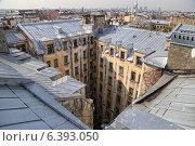 Купить «Санкт-Петербургский двор-колодец , вид с крыши», фото № 6393050, снято 10 сентября 2014 г. (c) Димка Григорьев / Фотобанк Лори