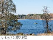 Рыбак на озере (2011 год). Редакционное фото, фотограф Александр Антонников / Фотобанк Лори